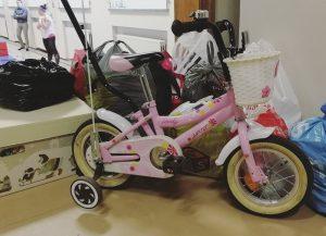 Vaaleanpunainen polkupyörä, äitiyspakkaus ja muita vaatteita ja tarvikkeita