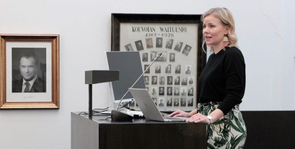 Jenni Aikio puhujanpöntössä Kouvolan valtuustosalissa.