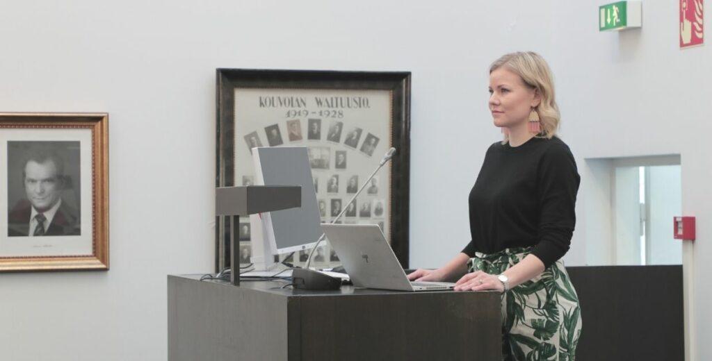 Jenni Aikio Kouvolan valtuustosalin puhujanpöntössä.